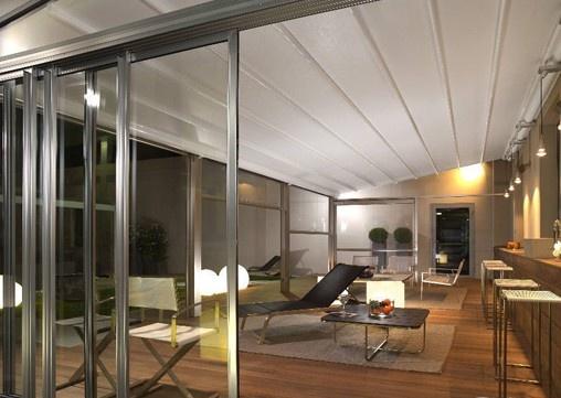 Corradi® Pergotenda overkappingen zijn in verschillende afwerkingen met hout, aluminium verkrijgbaar. Het dak kan gemakkelijk geopende en gesloten worden. De onderzijde van de overkapping kan afgesloten worden met glas of transparante doeken welke opgerold kunnen worden. ==> mogelijkheid voor overdekking terras ?