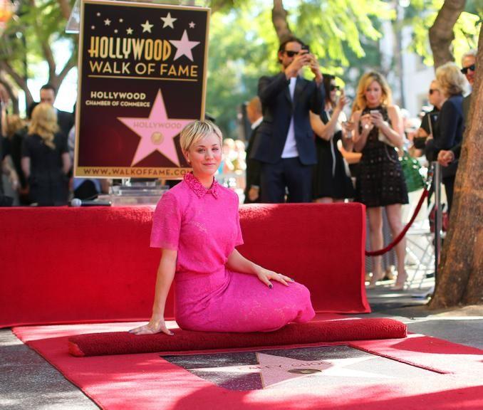 Kaley Cuoco ganha estrela na Calçada da Fama de Hollywood