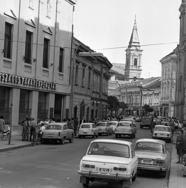 Fő (Március 15.) utca az Ady Endre utcától a Városház tér felé nézve, háttérben a Szent Imre-templom tornya.