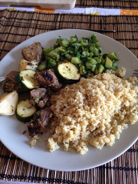 Cordero en pincho, quinoa, salad. Lele's dinner.
