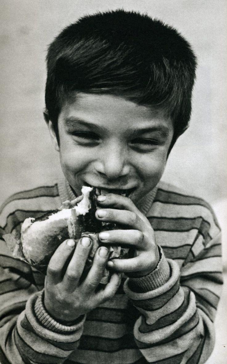 Ferdinando Scianna - Bambino che mangia il pane e panelle Bagheria_1957