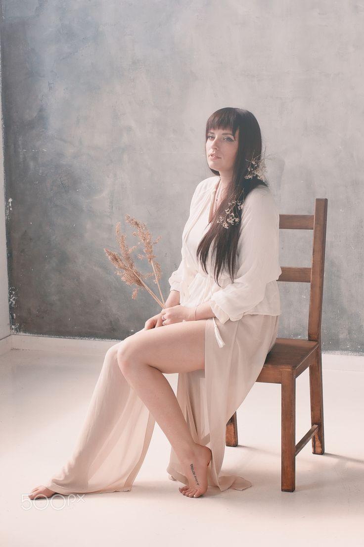 Female portrait - Портрет девушки, сидящей на стуле с цветами в волосах, похожий на картину. Мягкий свет от окна.