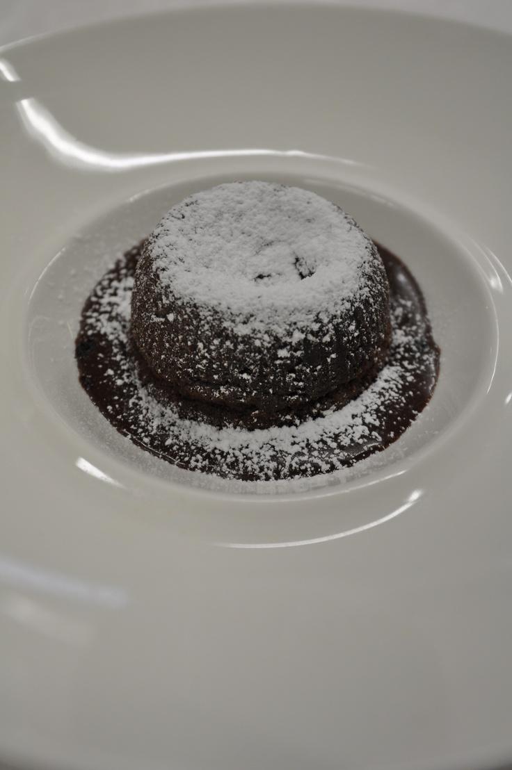 Tortino fondente Il dessert più celebre degli ultimi 20 anni; una geniale invenzione del grande Chef Michel Bras, che tutti i migliori ristoranti hanno interpretato. Dolce al cioccolato, cotto al forno, con il cuore morbido e fondente: da non perdere.