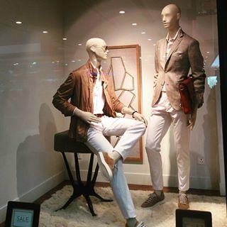 Minimalist display!  #massimodutti  #minimalist#visualmerchandising#visualmerchandisingdisplay#display#salesalesale#salewindow#window#windowdesign#windowdisplay#retail#mannequin#retaildesign