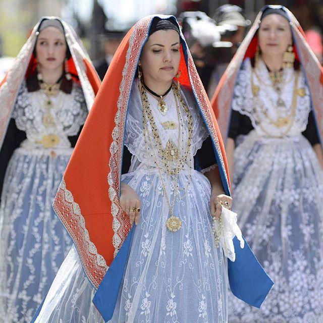 La delicata eleganza dell'abito tradizionale di #Cagliari durante la processione di Sant'Efisio