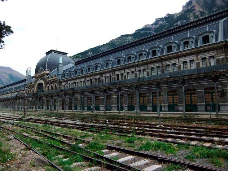 Estación de trenes de Canfranc. España. 24 Lugares abandonados mas asombroso del mundo