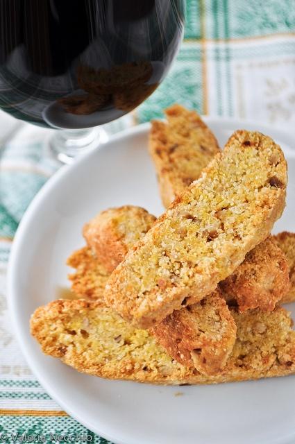 Biscotti piccanti parmigiano e nocciole