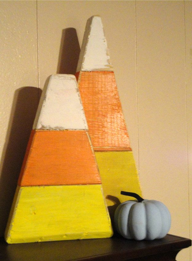 Giant Candy Corns | DIY Pallet Projects For Fall by Pioneer Settler at http://pioneersettler.com/pallet-project-ideas-fall/