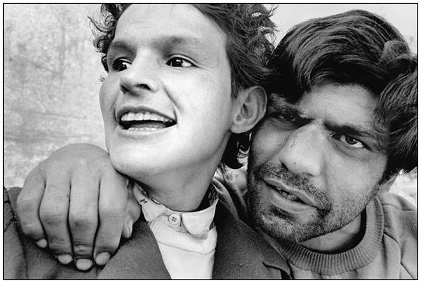 """Las fotografías de Paz Errázuriz, tomadas en un psiquiátrico. La serie de imágenes, se fundieron con los texto de Damiela Eltit, para publicar el libro """"El infarto del alma"""""""