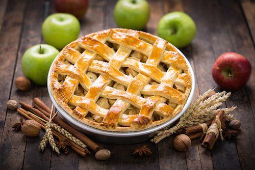 La tarte aux pommes est un succulent dessert très facile à préparer. Comme nous le montre cette vidéo, il suffit de disposer des bons ingrédients et de connaître quelques petites astuces pour réussir une belle tarte aux pommes en 45 min chrono.