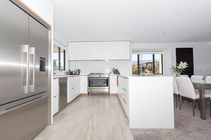 Wanaka Cabinetree has done an outstanding job with this beautiful kitchen.  You will absolutely love catering for you family and friends in this gorgeous space.