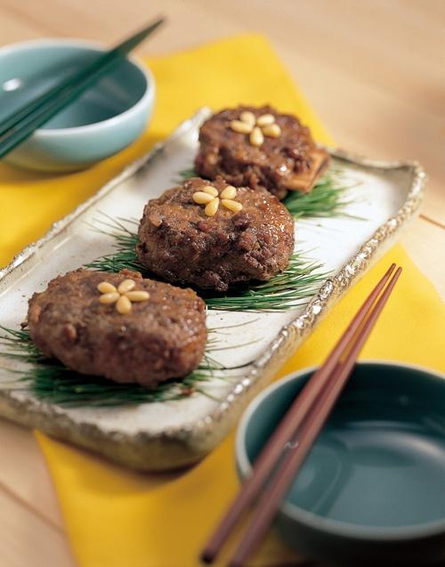 떡갈비(tteokgalbi) / Grilled Short Rib Patties  Ground and grilled short ribs with green onion and garlic with soy sauce.