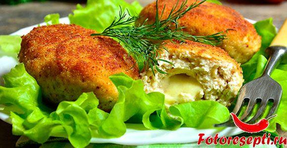 Котлеты из курицы получаются более нежные и легкие, чем из говядины или из свинины. А если еще добавить сыр — получится гастрономический шедевр!