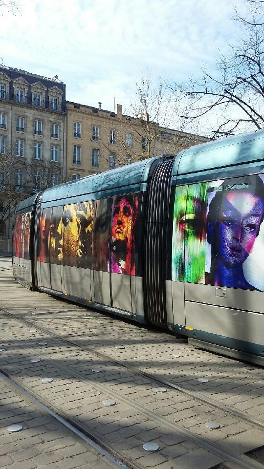 Tramway décoré de tableaux de visages et regards féminins de l artiste Rodolphe Martinez Bordeaux mars 2015