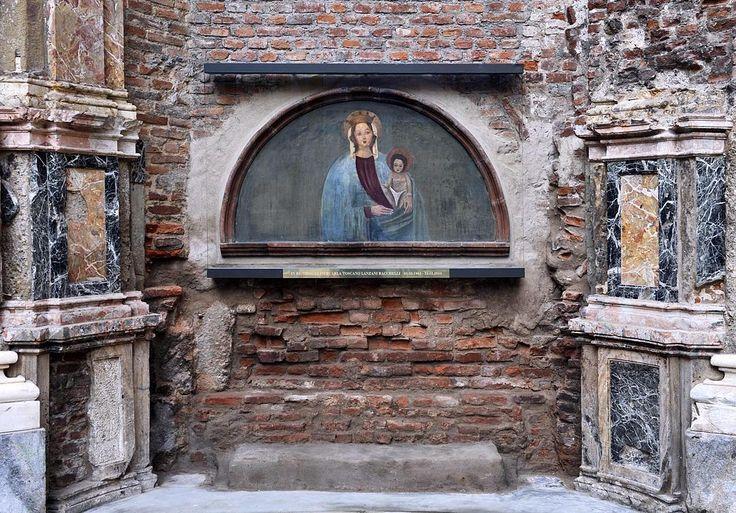 VICOLO SANTA MARIA ALLA PORTA - Parte 2 Tra i resti della cappella è stato recuperato il dipinto raffigurante la Madonna del Grembiule nascosto a lungo dietro un'improvvisata teca di legno. La storia narra che a metà del seicento in piena dominazione spagnola durante i lavori di ricostruzione della Chiesa di Santa Maria alla Porta un operaio scrostando la calce vecchia del muro esteriore scoprì il volto impolverato di una Madonna. L'uomo subito dopo aver pulito con il suo grembiule…
