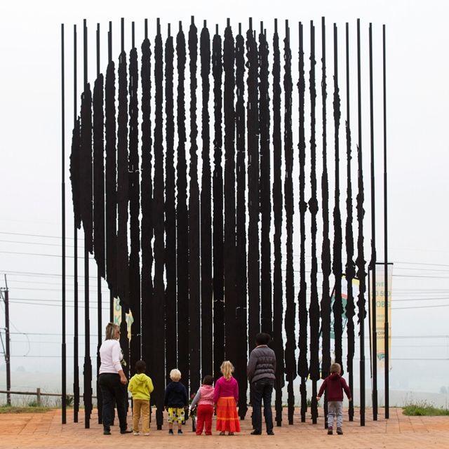 Un memoriale a Howick, in Sudafrica, per il primo anniversario della morte di #NelsonMandela