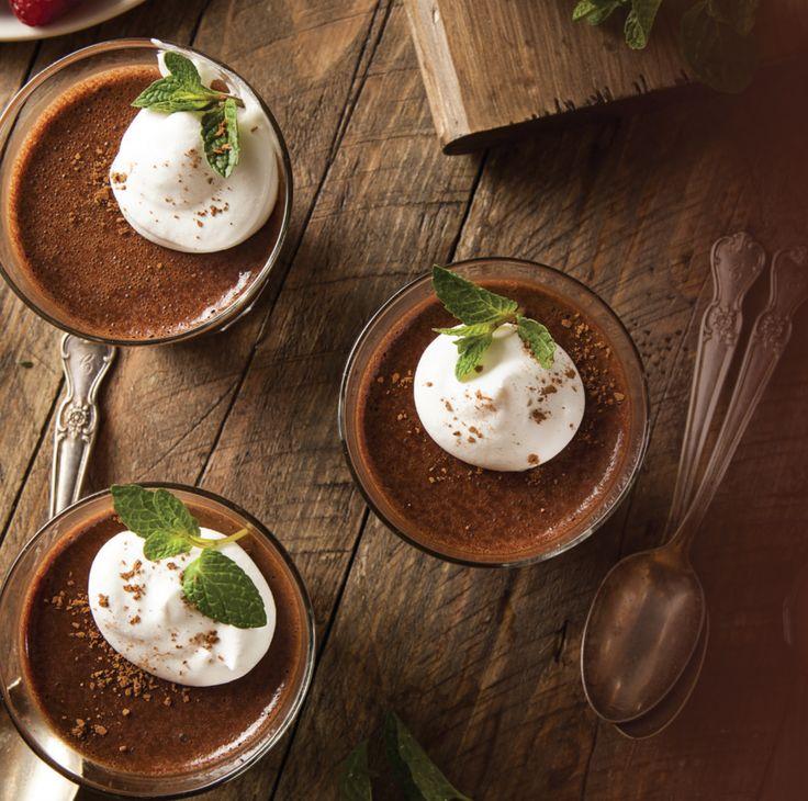 """Le chocolat noir pur est riche en flavanols (composés végétaux à propriétés antioxydantes) qui peuvent aider à hydrater la peau et à améliorer la circulation sanguine. Ce dessert est la courtoisie des Aztèques, le peuple qui a inventé le """"xocoatl"""", une boisson chocolatée chaude à laquelle il a ajouté le piment et d'autres épices. De …"""