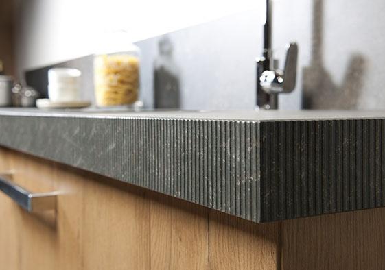 Til uw kunststof keukenblad naar een hoger niveau met een luxe gefrijnde rand. De rand wordt geperst in PP, hierdoor zijn nagenoeg alle kleuren uit de collectie mogelijk!