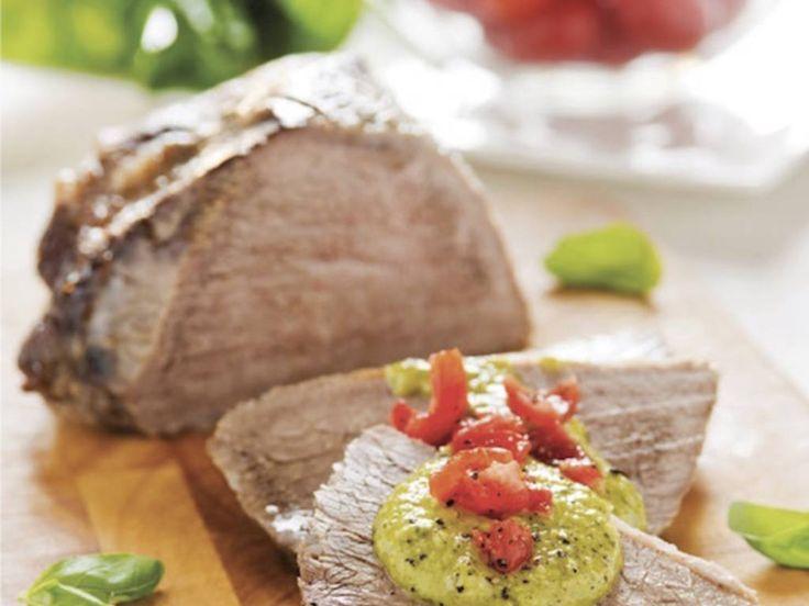 Il filetto di manzo arrosto con datterini e crema di basilico è un delizioso secondo piatto di carne ideale da gustare in estate. Seguite la ricetta e scopritene gli ingredienti e la preparazione!