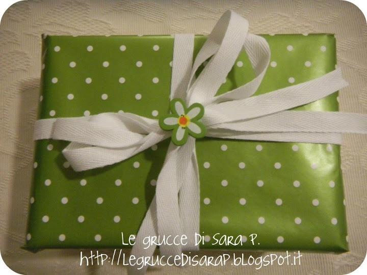 Pacco regalo con nastro di cotone e bottone a forma di fiore