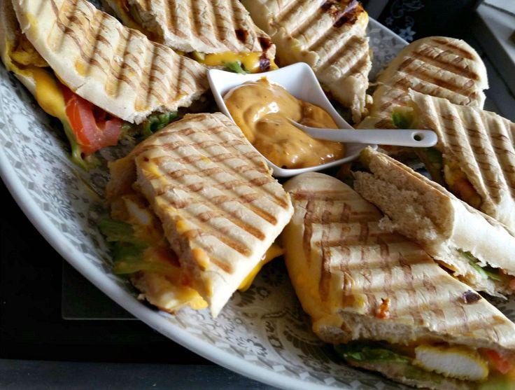 Dit is toch zo een lekkere combinatie: harira met panini kip. De broodjes zijn bij verschillende supermarkten te koop, zoals Plus, Emte, AH Xl en Jumbo.