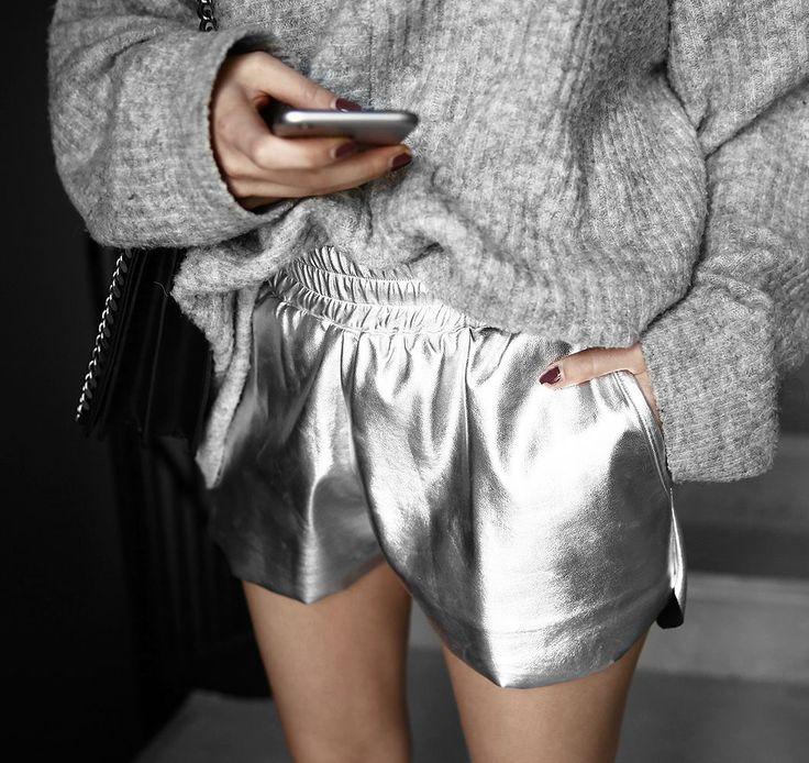 Metallic Shorts mit elastischem Bund und seitlichen Hosentaschen. Jetzt entdecken und shoppen: https://sturbock.me/JkF