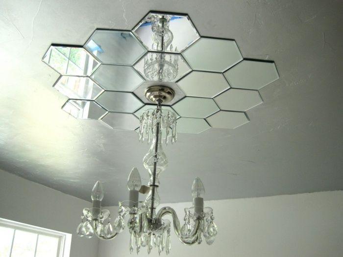 An der Decke können Akzente durch Spiegelfliesen gesetzt werden