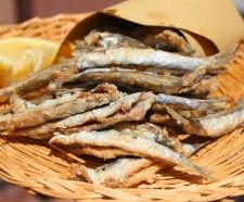 CUOPPO DI ALICI FRITTE Cartoccio di fritto a base di alici infarinate con una miscela di farina 00 con semola rimacinata e fritte in olio extravergine d'oliva.