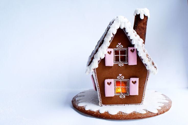 Gingerbread cottage  http://sekretycookietki.blogspot.comhttp://sekretycookietki.blogspot.com/2015/12/piernikowa-chatka.html