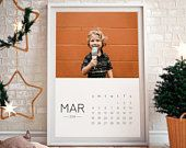This custom photo calendar is the perfect & easiest gift for your family members :) Print as many as you like to give your family as a new year gift!    #christmas #gift #lastminutegift #noel #printable #printyourself #family #2018 #wallcalendar #bigwallcalendar #surprise #newyear #calendar