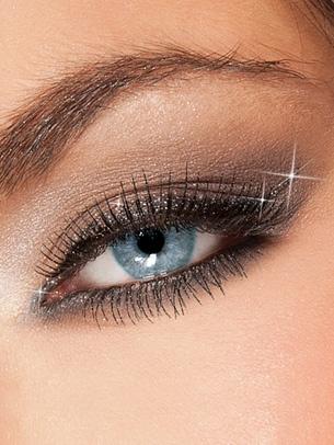 Glamour Diva, kosmetyki wchodzące w jej skład będą niezbędne by olśnić wszystkich na wieczornym wyjściu. Na karnawałowe wyjście polecamy użyć jednego z 6 metalicznych cieni palety Diva's Make Up Kit. Do podkreślenia kształtu oka brokatową kreską niezbędny będzie Diva's Gel Eye liner z błyszczącymi refleksami. Rzęsy podkreślone glitterową maskarą do rzęs Diva's Spectacular nadadzą spojrzeniu urok prawdziwej Glamour Divy.
