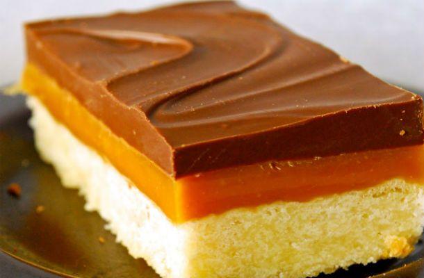 A Ropogós Twix süti Hozzávalói 20 szelethez: 30 dkg liszt 20 dkg cukor 15 dkg vaj 1 zacskó vaníliás cukor csipet só Krém 50 dkg cukrozott sűríte