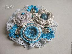 Купить или заказать 'Лазурное море' брошь бохо цветок голубой серый в интернет-магазине на Ярмарке Мастеров. Брошь 'Лазурное море'. Милая, нежная брошь из натуральных тканей, хлопковой пряжи и кружева в стиле бохо. Воздушная, женственная и романтичная, такая брошь отлично подойдет к вещам как зимнего, так и летнего гардероба. В создании броши использованы пряжа из хлопка и вискоза, и натуральные камни – прессованная бирюза, калмыцкий агат, пресноводный жемчуг, агат вены дракона.