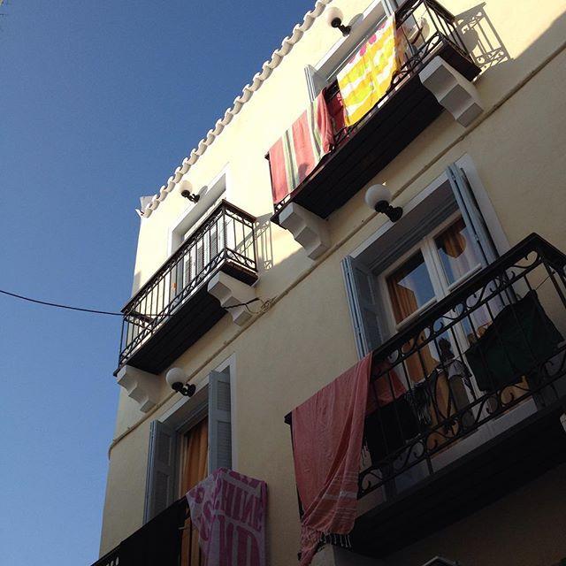 Καλοκαίρι δίχως πετσέτες θάλασσης να ανεμίζουν στα μπαλκόνια δε λέει 🎏 #AlexandrisHotel #Spetses #familyhotel #affordablestay #summerdays