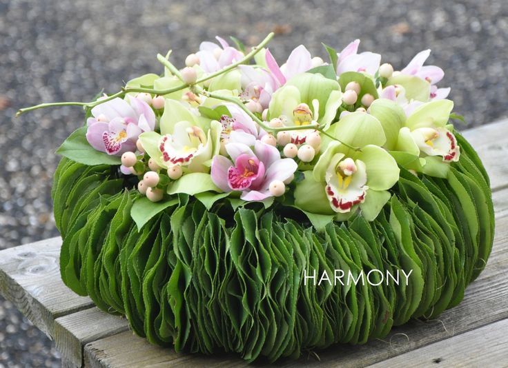 Exquisite centerpiece, wrapped with a garland made out of leaves, which provides the touch to it !, bravo guys, <V>