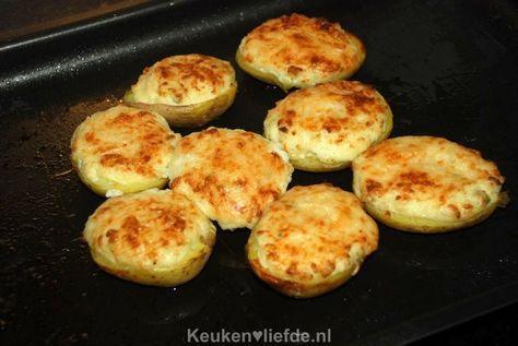 Wil je eens wat anders op tafel zetten dan een gekookte aardappel? Probeer dan deze gevulde aardappels uit de oven. Een makkelijk te maken en feestelijk bijgerecht. Je kunt dit gerecht ook prima al van tevoren maken en op het laatste moment de aardappels alleen even in de oven te gratineren. Bijgerecht voor 4 personen…
