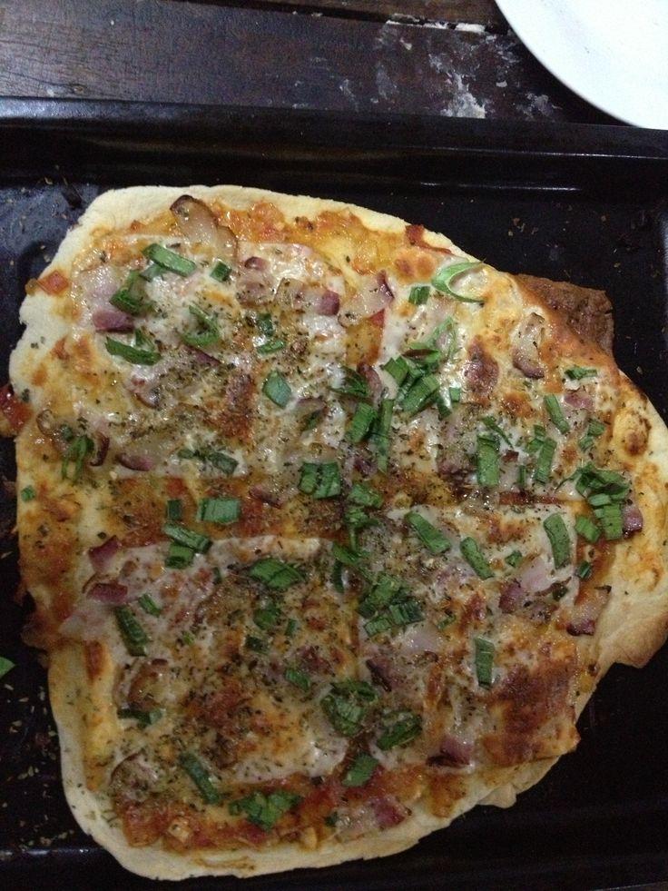 Masa cacera, puerros, un poco de panceta y abundante queso mozzarella...