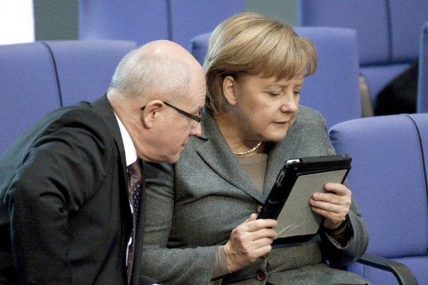"""""""Schau mal, Volker!"""": Die Bundeskanzlerin zeigt dem Fraktionsvorsitzenden der Union im Bundestag, Volker Kauder, eine interessante Information auf ihrem iPad"""