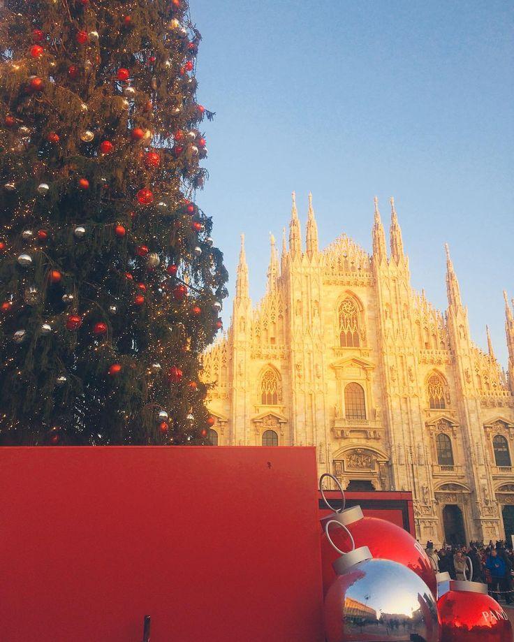 Piazza del Duomo a Milano un via via continuo di persone luogo di incontro principale e luogo più fotografato