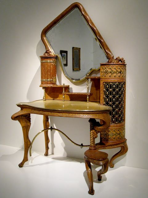 Antoni Gaudí: Cabinet dressing table of the Countess Güell, 1889.