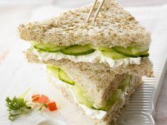 Der britische Klassiker ist der perfekte Snack für zwischendurch! Frischkäse-Gurken-Sandwich - smarter - Kalorien: 151 Kcal - Zeit: 15 Min. | eatsmarter.de