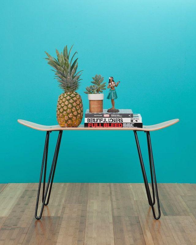 Skurniture (Skate + Furniture) par le Studio Swenyo. Inspirée par la forme d'une planche de skate, cet objet peut servir de banc, de tablette, de table basse, de chevet.