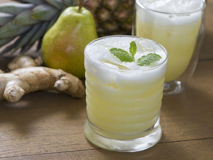 Refrescantes e purificantes, sucos detox s ajudam a perder peso. Ainda mais quando combinam cores e sabores, como este com abacaxi, pera e gengibre.