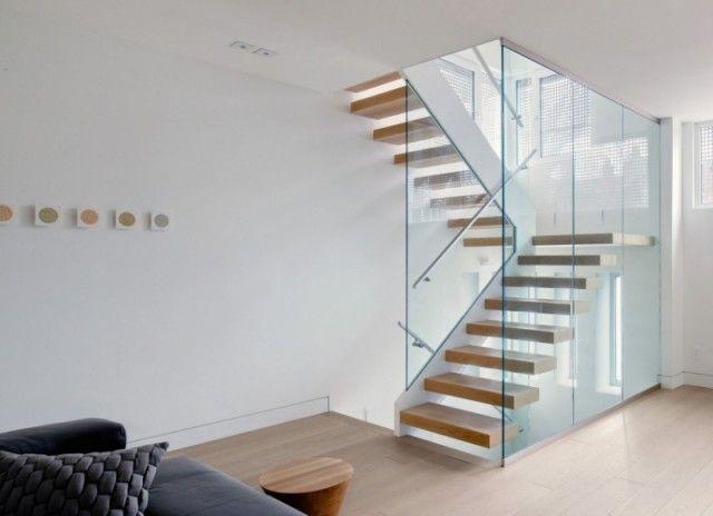 déco intérieur épurée - escaliers en bois avec garde-corps en verre