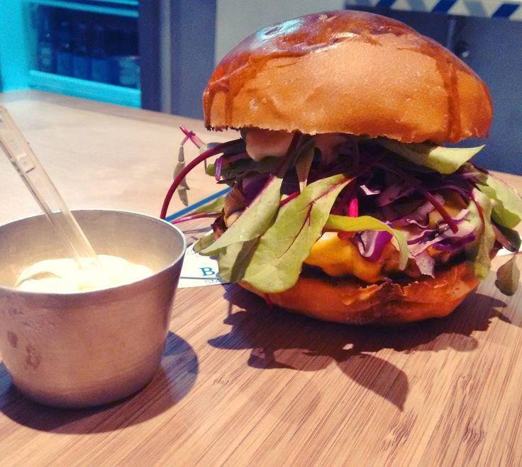 O grande colorido e delicioso Blue Burguer da @bluesandwichmarket . Hambúrguer de fraldinha queijo folha de beterraba repolho roxo redução de vinho tinto e maionese da casa  tudo num maravilhoso pão brioche artesanal #burguer #hamburguer #burger #sandwich #bluesandwichmarket #haddocklobo #jardins #sp #hamburgueria #carnedeprimeira #carne #meat #meatlover #burguerlovers #instafood #instagood #instaburger #foodpics #foodporn #foodlover #foodgasm #icapturefood #gastronogram #depratosaprosas
