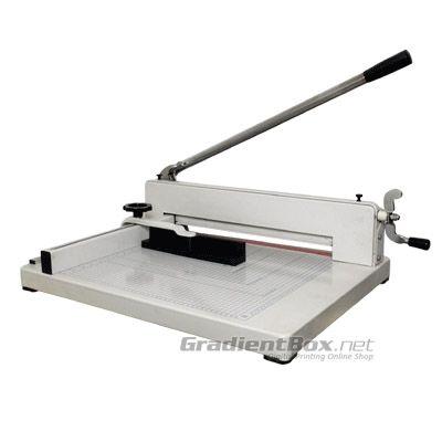 Alat Pemotong Kertas 858 dengan penjepit model putar. Kapasitas pemotongan sampai 300 lembar.
