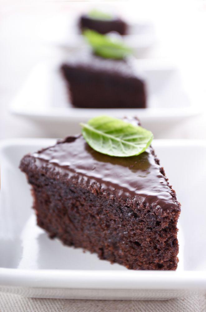 Bereiden: Verwarm de oven voor op 175°C. Smelt de boter met de chocolade au bain marie. Klop de eiwitten met de suiker schuimig. Voeg hierbij het boter-chocolademengsel en meng voorzichtig door elkaar. Schep de bloem erdoor. Giet het mengsel in de taartvorm en zet ca. 40 min. in de voorverwarmde oven. Haal de taart uit de oven.