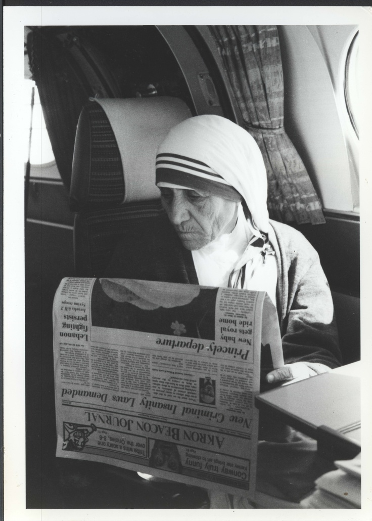 Mother Teresa taking the time to read the Akron Beacon Journal after speaking to the Walsh University community, July 1982