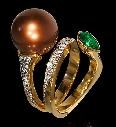 Undina Ring by Mousson  ||  750 Yellow Gold, Pearl, Emerald, Diamond