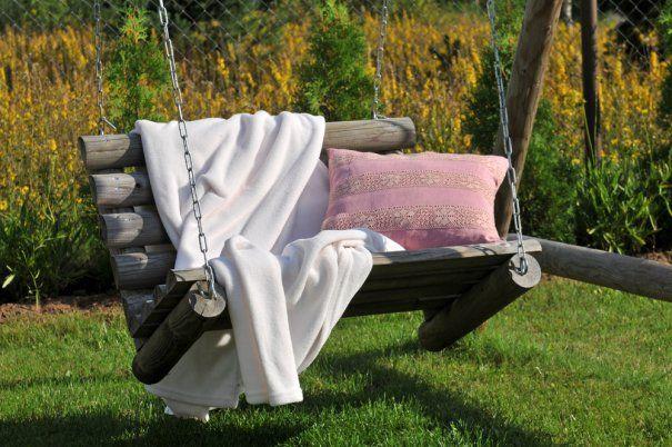 Dřevěná houpačka zapadne dovaší zahrady abude mimo jiné iskvělou dekorací.